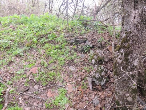 Останки от вишка и помощна сграда на връх Черноглав