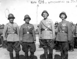 Илия Фелеков със свои колеги край Битоля. Със стрелка е посо-чена паметната за Трети Бдински полк кота 1248. 3 октомври 1942