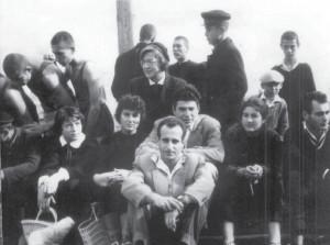 От преди 50 години е тази снимка и дава представа за тийнейджърите от 1960 г. и техните преподаватели и приятели на баскетбола. В средата е учителят по физическо възпитание Йордан Ницов – Тали, в края, вдясно е по-малкият му брат Веско Ницов, вляво от Тали е центърът на отбора на Първа гимназия Цветанка Ковачева – бъдещата д-р Младенова.