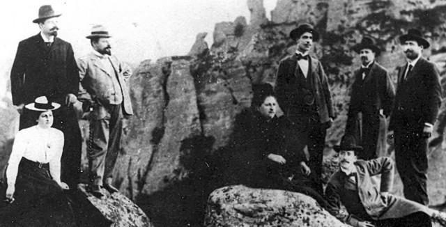 Венета, Иванка, Димитър Ботеви, д-р Христо Аджаров и Стоян Христов в Белоградчик, 8 май 1901 г. (Снимката е от семейния албум на уважаваната белоградчишка фамилия Савчеви)