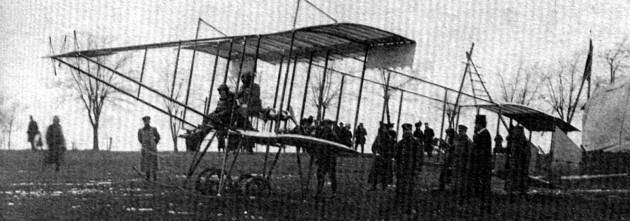 Поручик Топракчиев със самолета, с който провежда първата в световната военна история бомбардировка на Одрин, 16 октомври 1912 г.