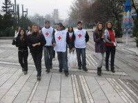 Групи от ученици раздават червени панделки на видинчани