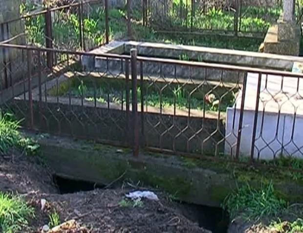 Дупки под гробница