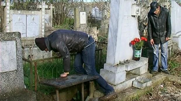 Гробари от Градец показват подкопаните от чакали гробници в селското гробище.