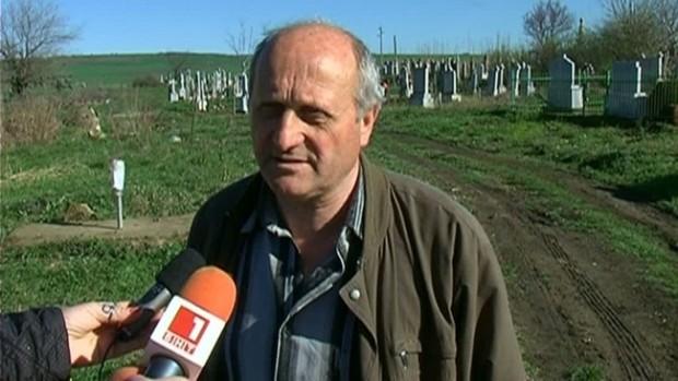 Кметът на Градец Илия Томов е потресен от изровените гробове.