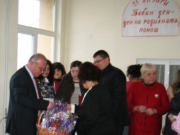 Новородените Александър и Богомил получиха подаръци от Михаил Миков