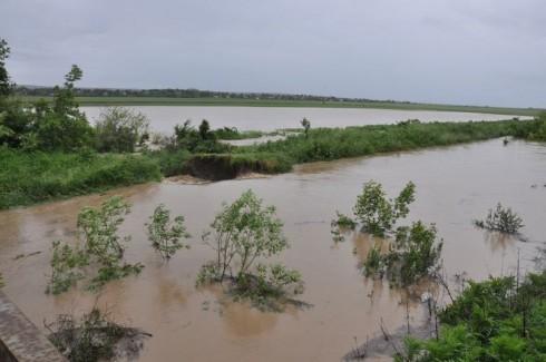 Земно-насипна дига се е скъсала край село Иново, залети са 200 дка земеделска земя