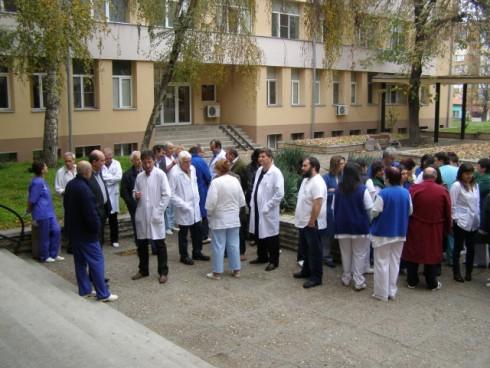 Над 70 лекари и медицински сестри се събраха на предупредителен протест пред видинската болница