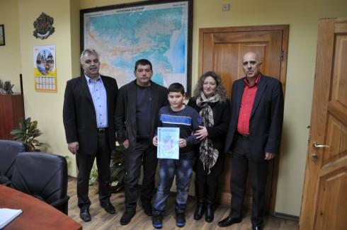 13-годишният видинчанин Наско Найденов получи писмена благодарност и подарък от ръководството на полицията в града