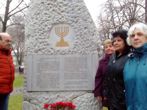 """Цветя пред Паметника на благодарността във Видин поднесоха членове на видинската организация """"Шалом"""""""