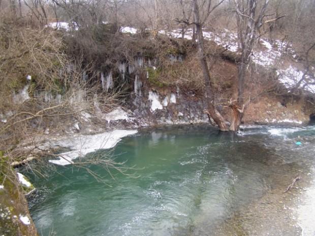 Лед скова бреговете на Стакевска река