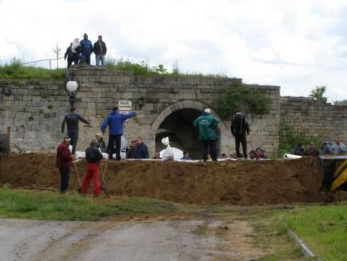 """Временна дига от пръст и чували с пясък е изградена край крепостта """"Баба Вида"""" във Видин"""