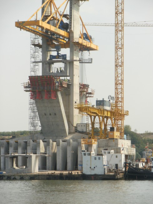 Качват сегментите на стълб РВ10 от Дунав мост Видин-Калафат