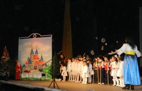 """В залата на Общинския драматичен театър с песни и танци се изявиха децата от театралната трупа от училището, с ръководител Валери Гергов и децата от ІІ-а клас, с ръководител Антоанета Томова, както и ансамбъл """"Ансел"""", с ръководител Методи Филчев"""