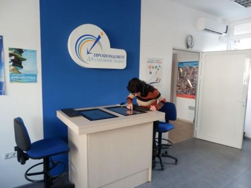 Чрез мулти-тъч устройството в офиса на ОИЦ-Видин всеки посетител може да се запознае с Оперативните програми, отворените процедури по тях и Информационната система за управление и наблюдение на Структурните инструменти на ЕС в България.