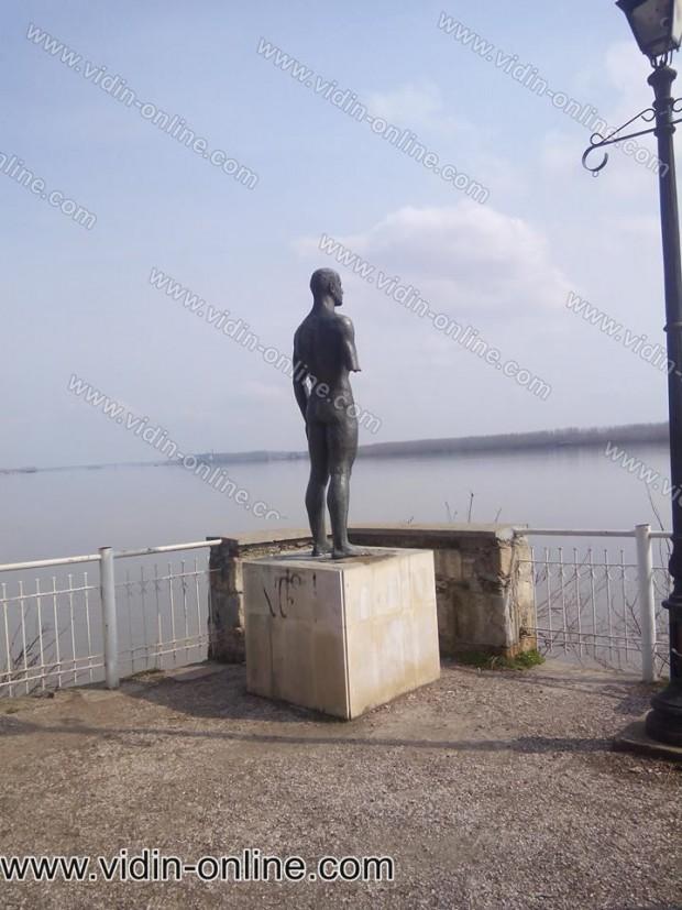 Започна подготовка за възстановяване Статуята на Плувеца