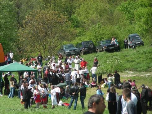 Поменални хора се играят на втория ден на Възкресение Христово край Алботинския манастир