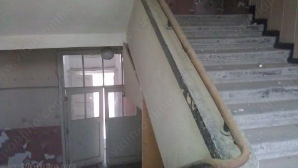 към втория етаж
