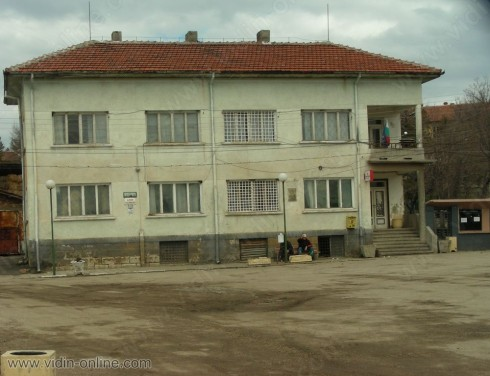 Една от проблемните сгради в село Буковец е тази на кметството