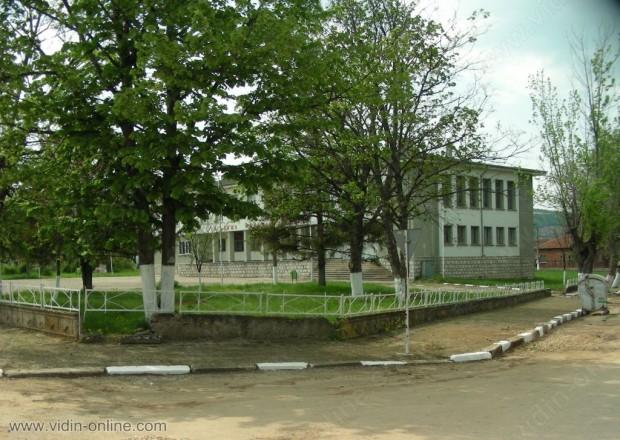 """13 са първокласниците, завършили тази година основно училище """"Димитър Благоев"""" в село Гара Орешец, община Димово"""
