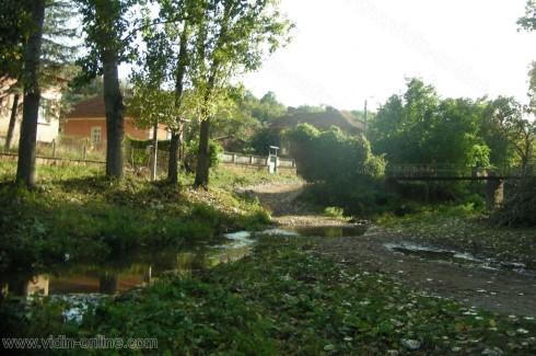 В село Гюргич очакват военна техника, за да изтеглят повалените от река Лом дървета