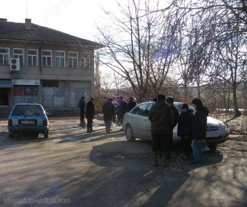Пощата в село Градец е окупирана от премръзнали пенсионери, в очакване да се доберат до мизерните пенсийки, за да запушат по някоя зейнала дупка в скромния си бюджет.