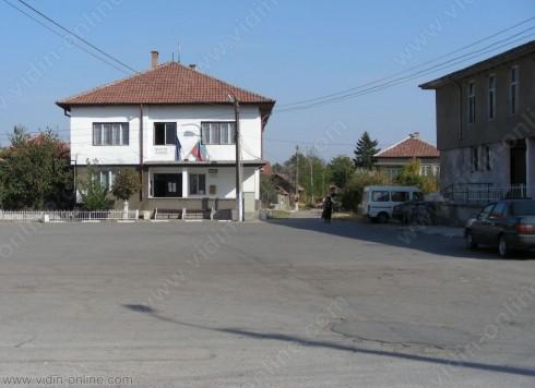 Рибарски фургони са поставени незаконно в основата на дунавската дига в село Кошава