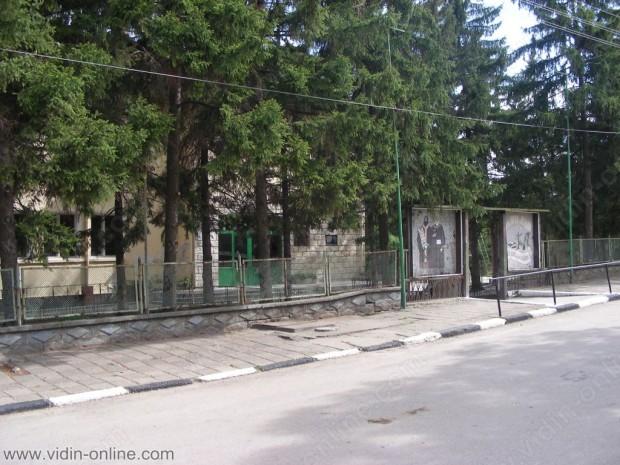 Сградата на училището в бреговското село Косово пустее