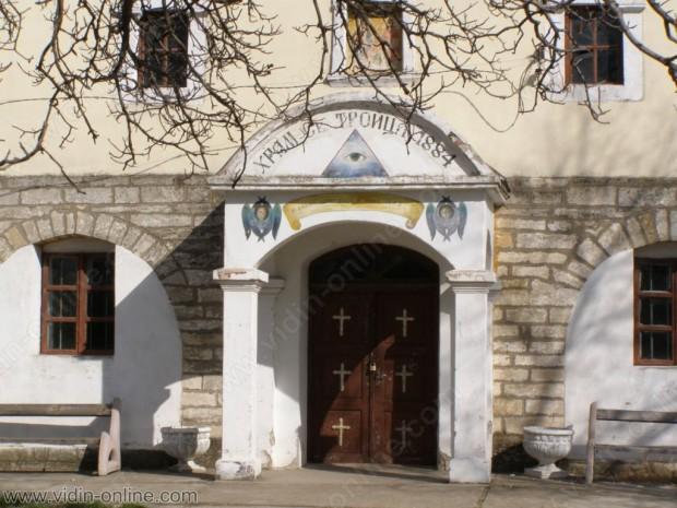 """Ще бъде възстановена чешмата в двора на църквата """"Света Троица"""" в село Покрайна"""