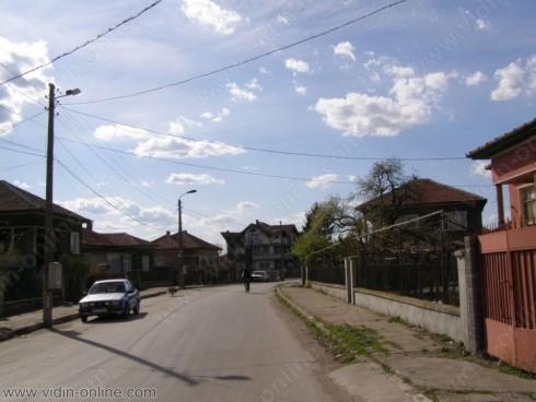 Продължава пролетното почистване на село Покрайна