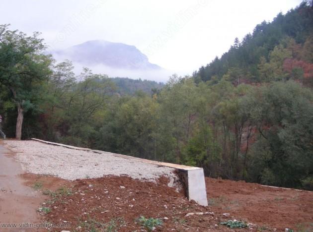 Изградена е част от подпорната стена на свлачището край белоградчишкото село Праужда