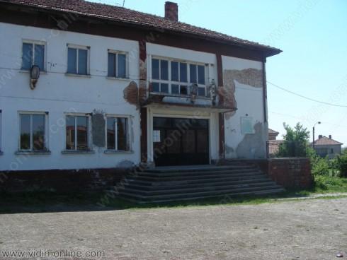 Част от сградата на читалището в Раброво е затворена заради течове от покрива