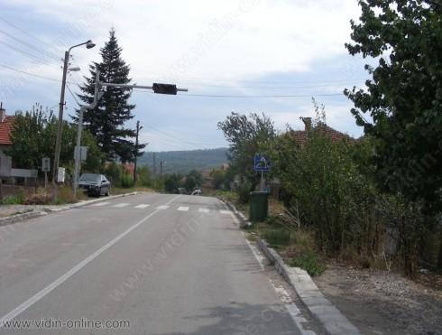 Въпреки натоварения трафик в село Цар Симеоново все още няма положена нова пътна маркировка