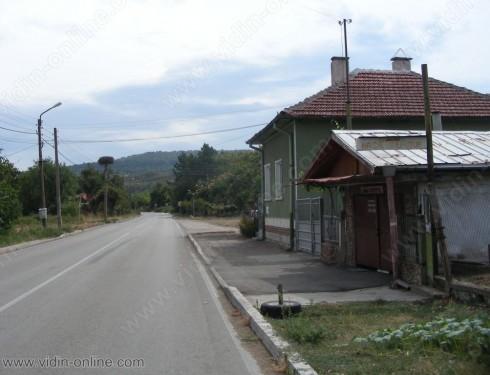Трафикът на автомобили за Дунав мост 2 минава през село Цар Симеоново, но в населеното място няма тротоари