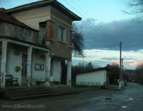 Печка на дърва палят на автобусната спирка в село Старопатица заради студа
