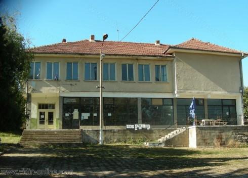Обилни снегонавявания всяка зима остават пътя от село Ярловица към село Воднянци затворен