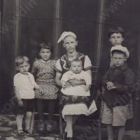 Лина Тонина със сина си Иван и племенниците Иван, Александър, Тинка и Иванка 1938 г.