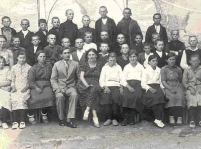 Прогимназиални ученици с Атанас поп Кръстев (поп Таско)