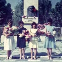 пред паметника на Живко Пуев, сегашното СОУ П.Р. Славейков