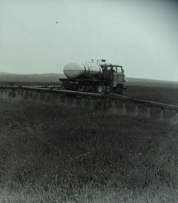 Използуването на прогресивни технологии и по-високопроизводителна техника доведе до нарастване производството на селскостопанска продукция спрямо 8-та петилетка с 25.8%. На снимката: третиране на посевите с химически препарати в землището на село Бела Рада