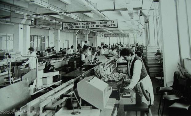 В сравнение с 1980г. обемът на произведената в окръга промишлена продукция нарасна с 24.7%. На снимката: въведени в действие през петилетката нови производствени мощности в Телефонния завод - Белоградчик