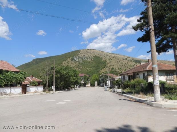Село Салаш. Площада