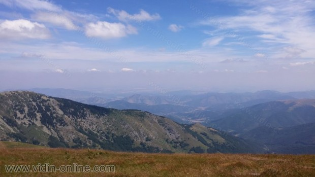 Зад връх Оба се виждат гламите над селата Репляна и Върбово