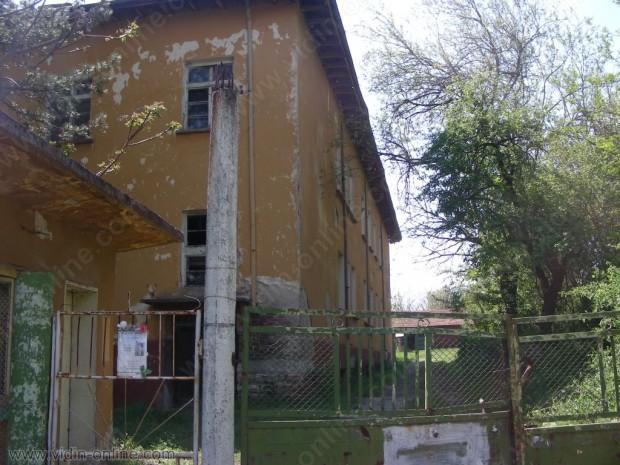Бившето училище и бившият дом за деца в село Чичил