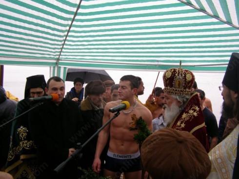 17-годишен ученик извади Богоявленския кръст от водите на Дунав във Видин