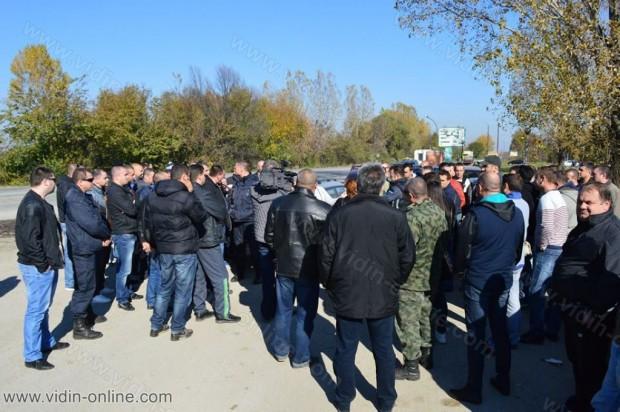Служители на МВР, Гранична полиция и Пожарна безопасност във Видин блокираха днес на обяд за кратко входа на града