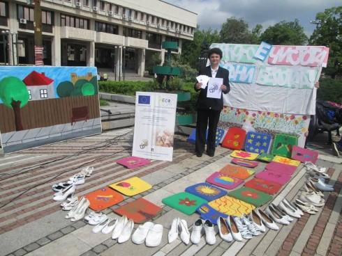 Ученици подредиха бели обувки в центъра на Видин и призоваха за опазване на чистотата