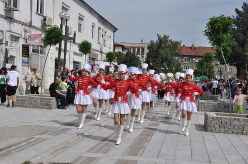Мажоретки, духов оркестър и първокласници в тоги водеха празничното шевствие във Видин