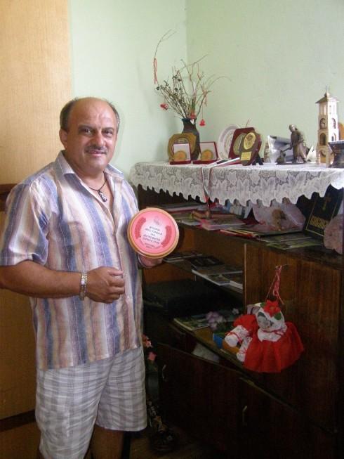 Пламен Димитров показва наградите, спечелени от оркестъра