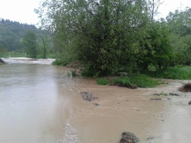Остава затворен участък от главен път Е-79 при Димово заради отнесен от придошлата река мост